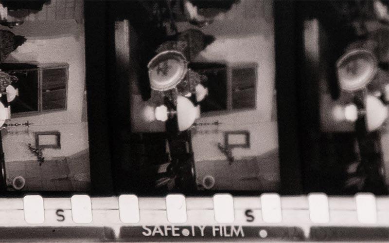 """Porzione di pellicola 35mm in triacetato. Notare la scritta """"safety film"""""""