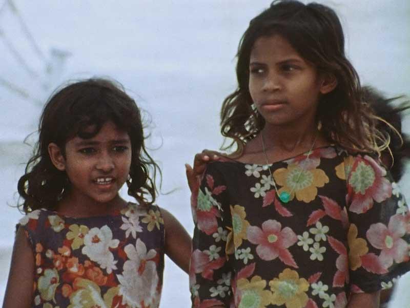 Immagine di due ragazzine indigene. Frame dal documentario Una repubblica sull'oceano
