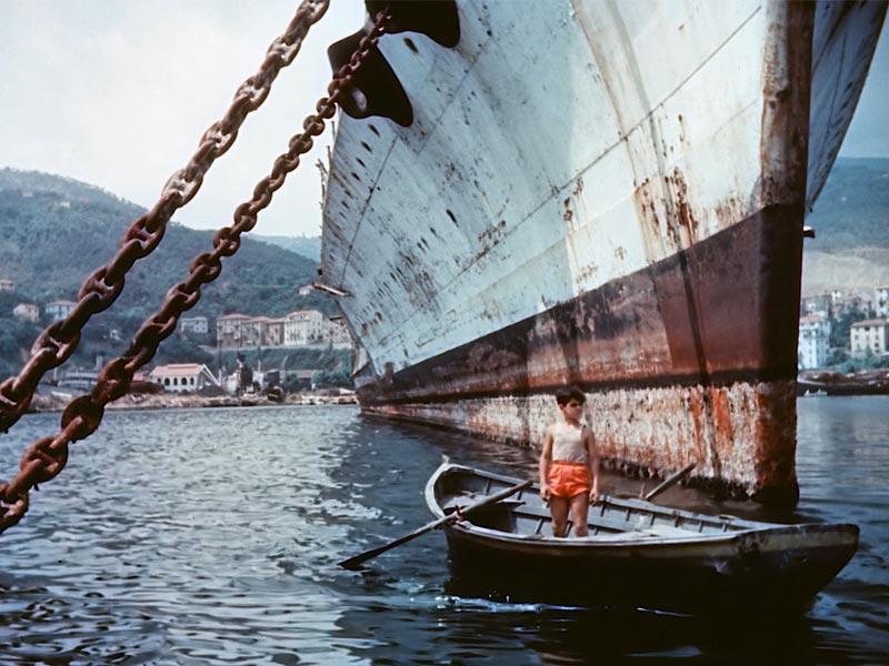 Il protagonista del documentario di fronte alla corazzata C301